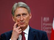 Pound to Resume Decline on Widened Trade Deficit